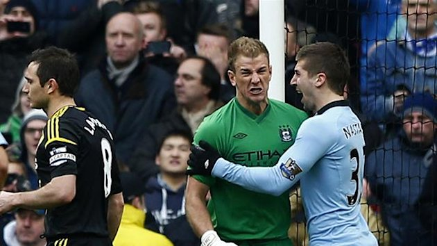 Manchester City&#39;s Joe Hart (2nd R) reacts to saving a penalty from Chelsea&#39;s Frank Lampard (C) during their English Premier League soccer match at The Etihad Stadium in Manchester, northern England, February 24, 2013 (Reuters)