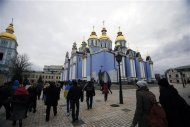 Protesters run towards St. Michael's cathedral after a rumour that police is coming in Kiev November 30, 2013. REUTERS/Stoyan Nenov