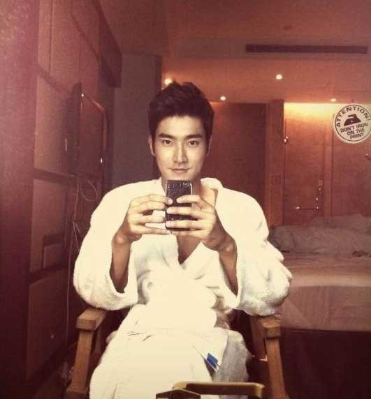 Super Junior's Choi Siwon Takes A Sexy Picture in His Bathrobe