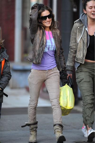 Sarah Jessica Parker:  Sarah Jessica Parker braves the Manhattan cold in a distressed leather jacket, skinny jeans and super-warm looking boots. With a colourful top like that, the actress can brave t