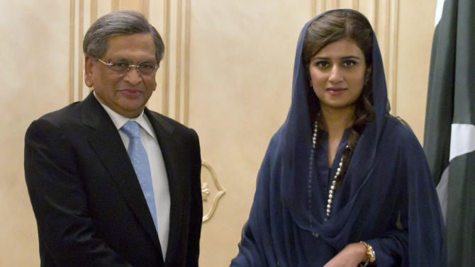 Indian Foreign Minister S.M. Krishna, left, shakes hands with his Pakistani counterpart Hina Rabbani Khar, prior to their meeting in Islamabad, Pakistan on Saturday, Sept. 8, 2012. Krishna arrived in Pakistan for talks, the latest sign of a thaw in relations between two countries that have fought three major wars against each other. (AP Photo/Anjum Naveed)
