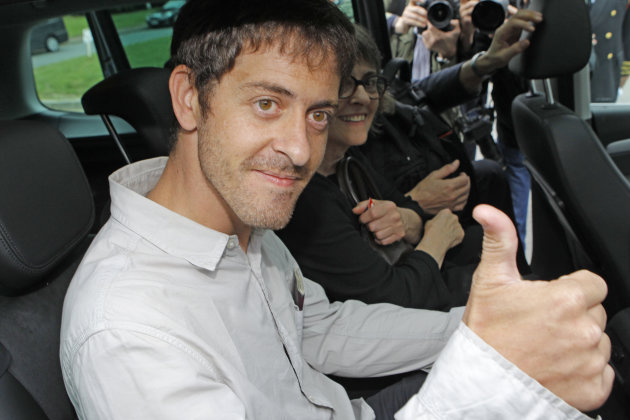 French journalist Romeo Langlois, newly freed by Colombian rebels, gives a thumbs up as he arrives at Paris Roissy airport, Friday June 1, 2012. The 35-year-old journalist was accompanying Colombian soldiers on a cocaine-lab destruction mission on April 28 when rebels attacked.(AP Photo/Jacques Brinon/Pool)