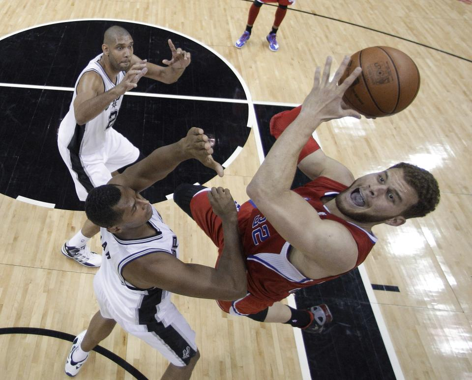 Los Angeles Clippers' Blake Griffin, right, works against San Antonio Spurs' Boris Diaw, center, of France, and Tim Duncan, left, during the first quarter of Game 1 of an NBA basketball Western Conference semifinal playoff series on Tuesday, May 15, 2012, in San Antonio. (AP Photo/Eric Gay)