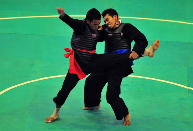Indonesia's Dian Kristanto (right) won the Class A Pencak Silat finals against Thailand's Anothai Choopeng despite his antics(Photo: Antara)