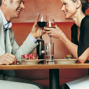 Couple-sitting-in-restaurant-and-toasting-with-wine_web