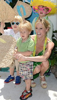 Julie Bowen and sons pose for a pic at the Huggies Hawaiian Luau