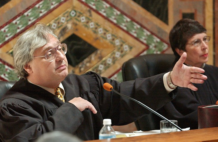 In this Sept. 22, 2003 file photo, Judge Alex Kozinski, of the 9th U.S. Circuit Court of Appeals, gestures as Chief Judge Mary Schroeder looks on in S...