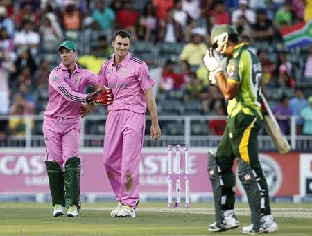 South Africa's Ryan McLaren (C) is congratulated by his captain AB de Villiers after bowling out Pakistan's Saeed Ajmal (R) during their third One Day International (ODI) cricket match in Johannesburg