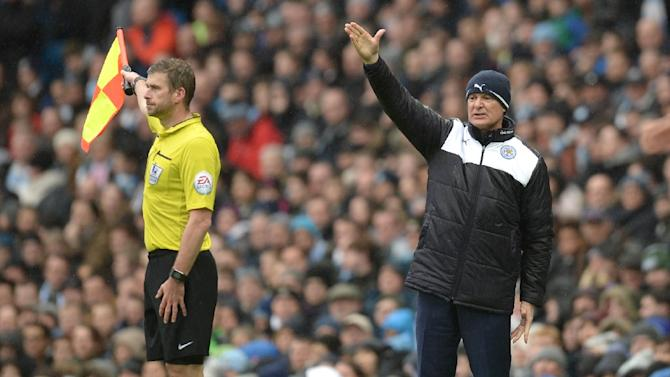 Leicester City's manager Claudio Ranieri (R) shouts instructions to his players from the touchline during the English Premier League football match between Manchester City and Leicester City in Manchester, England, on February 6, 2016