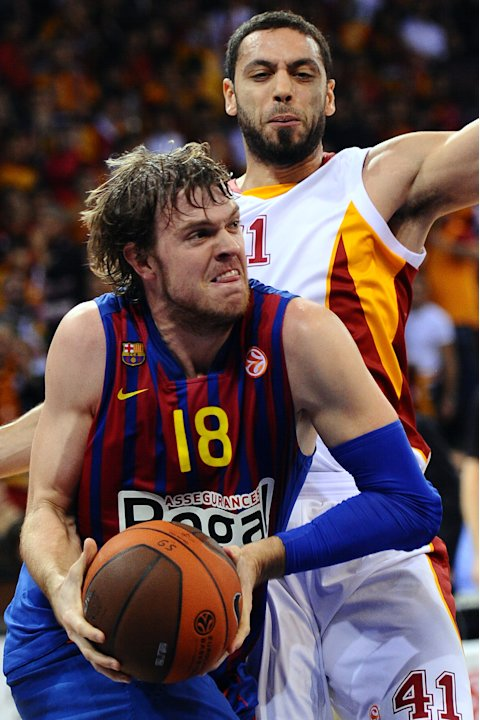Barcelona Regal's J.C. Wallace (L) vies with Cevher Ozer (R) of Galatasaray during their Euro League group D basketball match at Abdi Ipekci sport hall in Istanbul, on November 17, 2011. AFP PHOTO / M
