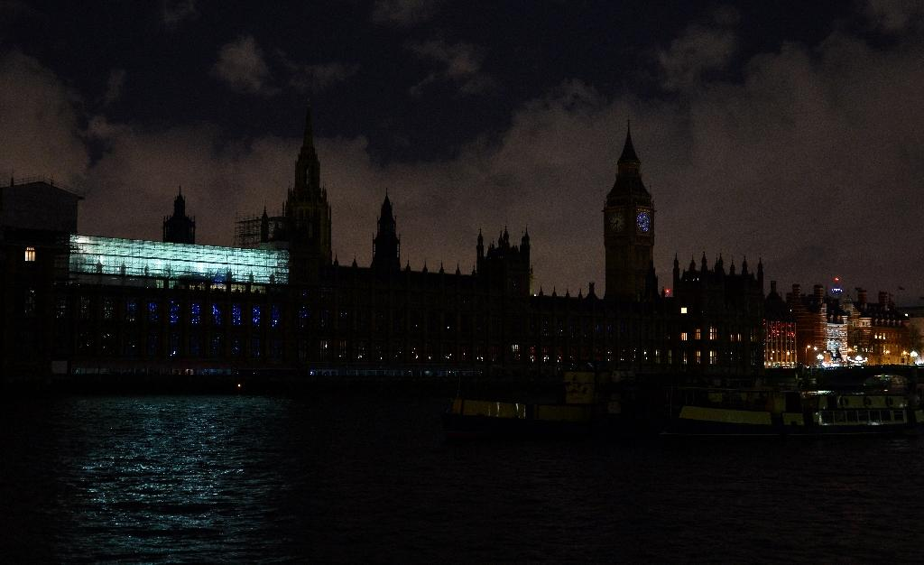 British landmarks go dark for Earth Hour