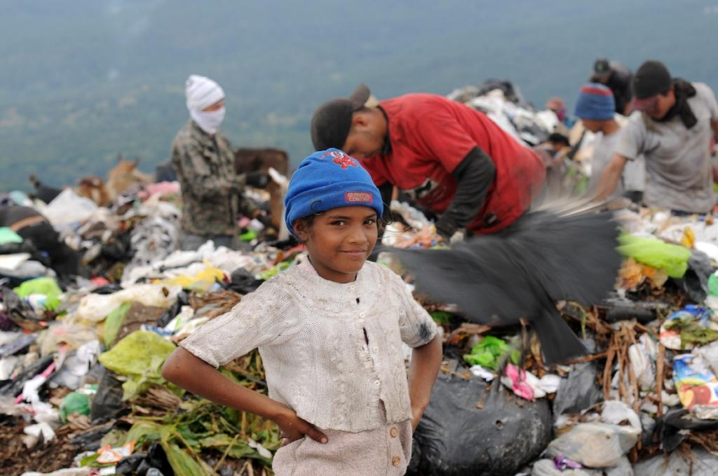 Honduran army races gangs to reach child trash-pickers
