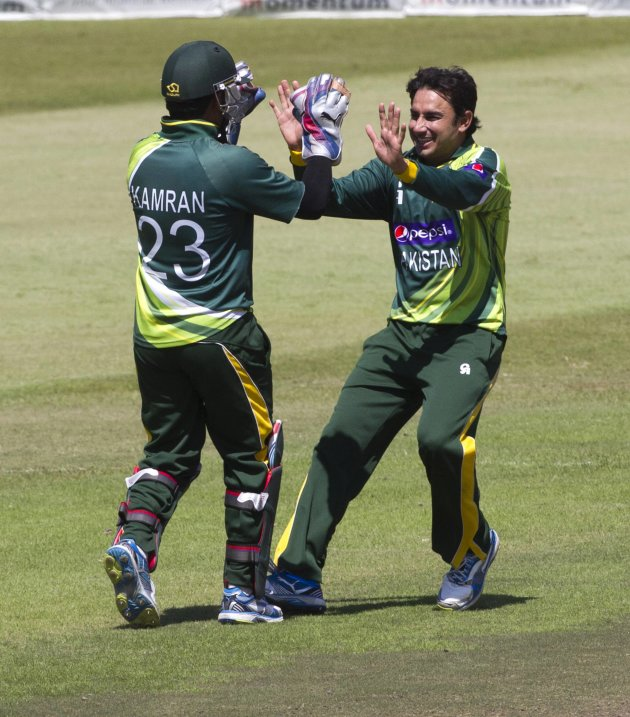 Pakistan's Akmal and Ajmal celebrate the wicket of South Africa's de Viliers during their fourth One Day International cricket match in Durban