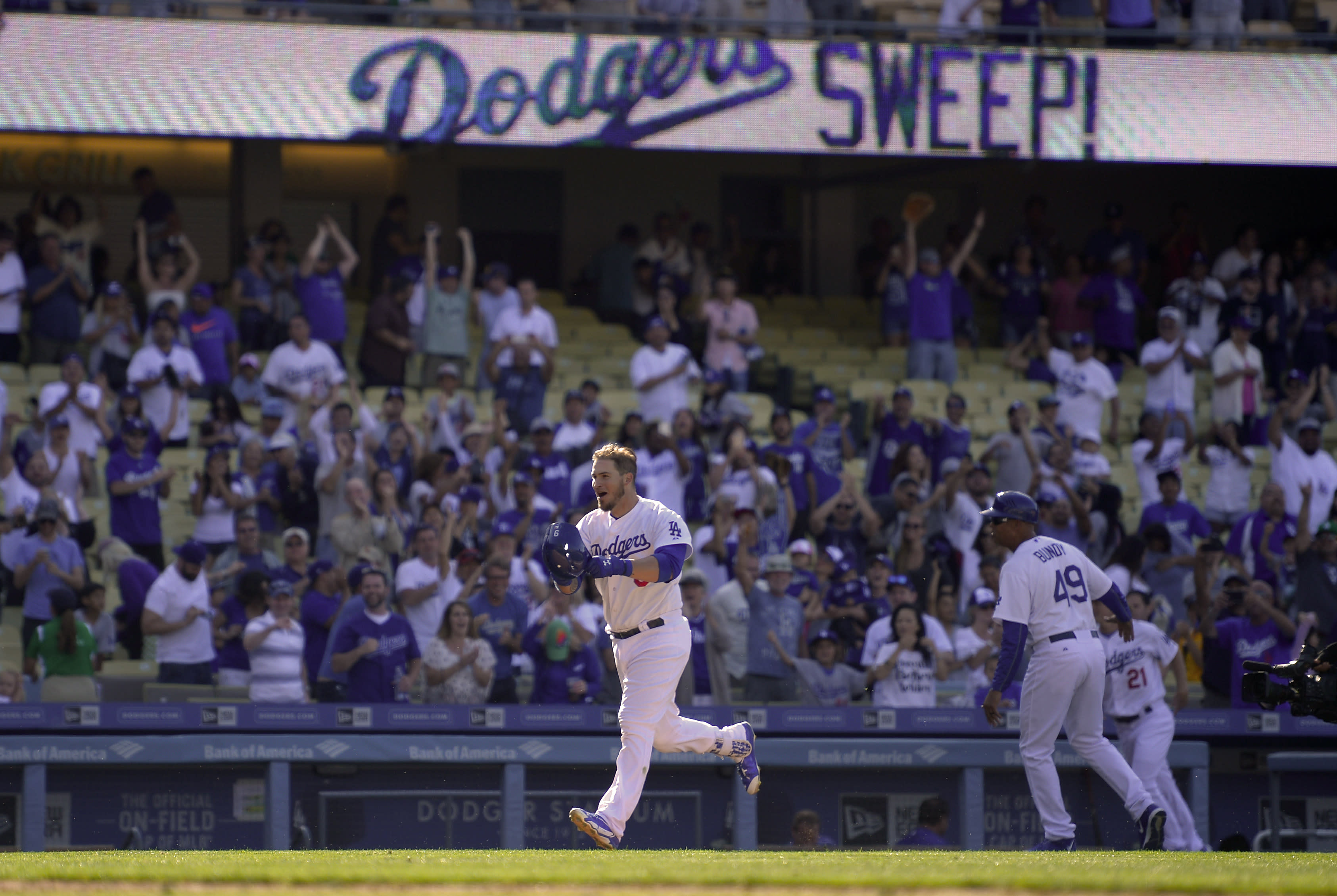 Yasmani Grandal breaks scoreless tie with extra-inning walk-off homer