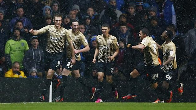 Bradford City&#39;s James Hanson (L) celebrates with teammates after scoring during their English League Cup semi-final second leg soccer match against Aston Villa at Villa Park in Birmingham, central England, January 22, 2013 (Reuters)