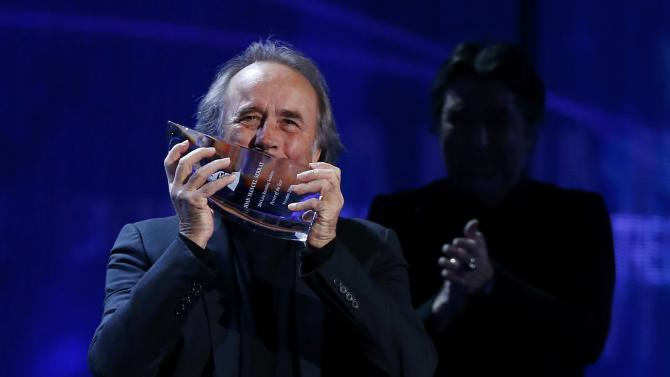 Latin Recording Academy Person of the Year Joan Manuel Serrat kisses his trophy at the 15th Annual Latin Grammy Awards in Las Vegas