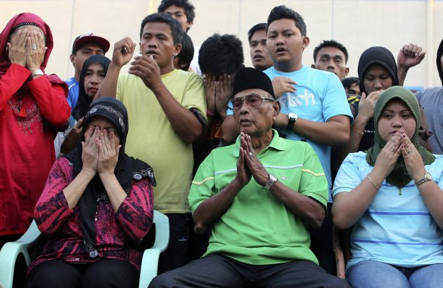Filipino Muslim Sultan of Sulu Jamalul Kiram III (2nd-R) prays with his family and supporters in Taguig, Metro Manila March 6, 2013. REUTERS/Erik De Castro  (PHILIPPINES)