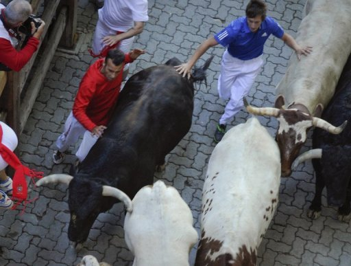 Beim San-Fermn-Fest in Pamplona sind bei der traditionellen Stierhatz sechs Menschen verletzt worden. Unter den Verletzten, die zusammen mit tausenden Menschen vor sechs Stieren davonliefen, war nach Angaben der Behrden auch ein US-Brger