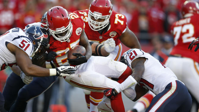 Chiefs RB Charles leaves with knee injury