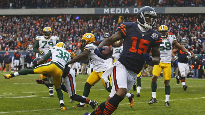 Chicago Bears wide receiver Brandon Marshall (15) scores on a 15-yard pass reception in the first half of an NFL football game against the Green Bay Packers in Chicago, Sunday, Dec. 16, 2012. (AP Photo/Charles Rex Arbogast)