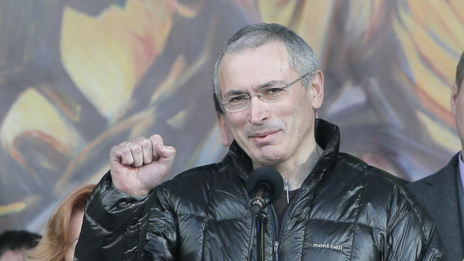 Russian former oil tycoon Mikhail Khodorkovsky cheers people during a rally in the Independence Square in Kiev, Ukraine, Sunday, March 9, 2014. Khodorkovsky, addressing a crowd on the square where demonstrators rose up against Ukraine's Moscow-backed president, said on Sunday Russia had been complicit in police violence against the protesters. (AP Photo/Efrem Lukatsky)