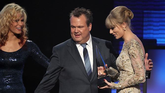 Taylor Swift accepts the award for favorite female country artist from presenter Eric Stonestreet at the 40th Annual American Music Awards on Sunday, Nov. 18, 2012, in Los Angeles. (Photo by Matt Sayles/Invision/AP)