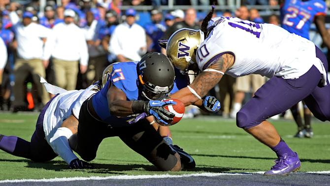 Boise State's Geraldo Boldewijn (17) reaches over the goal line to score  a touchdown despite pressure from Washington's John Timu (10) during the first half of the MAACO Bowl NCAA college football game on Saturday, Dec. 22, 2012, in Las Vegas. (AP Photo/David Becker)