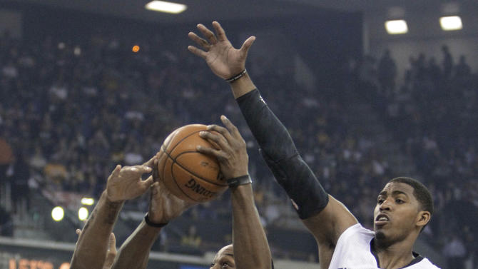 Los Angeles Lakers center Dwight Howard, center, drives to the basket between Sacramento Kings' DeMarcus Cousins, left, and Jason Thompson during the first quarter of an NBA basketball game in Sacramento, Calif., Saturday, March 30, 2013. (AP Photo/Rich Pedroncelli)