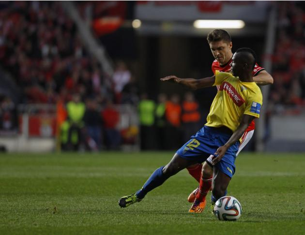 Benfica's Siqueira fights for the ball with Estoril's Mano during their Portuguese premier league soccer match in Lisbon