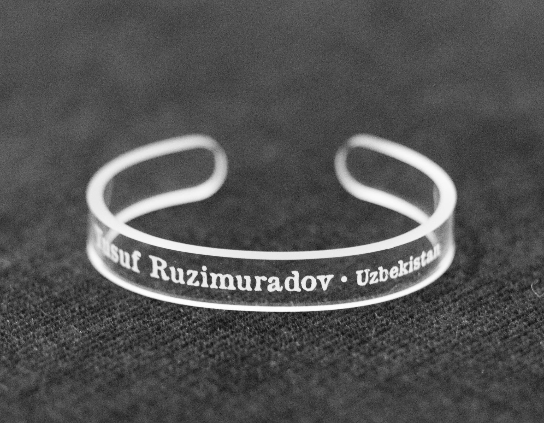 College students make bracelets to help jailed journalists