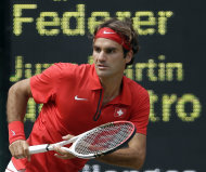 El suizo Roger Federer compite contra el argentino Juan Martn del Potro en las semifinales del tenis olmpico el viernes, 3 de agosto de 2012, en Wimbledon. (AP Photo/Elise Amendola)