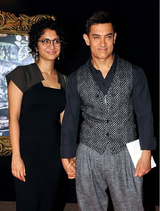 Indian Bollywood film actor Aamir Khan (R) and his wife Kiran Rao pose on the red carpet at the premiere of the Hindi film 'Jab Tak Hai Jaan' in Mumbai on November 12, 2012.   AFP PHOTO