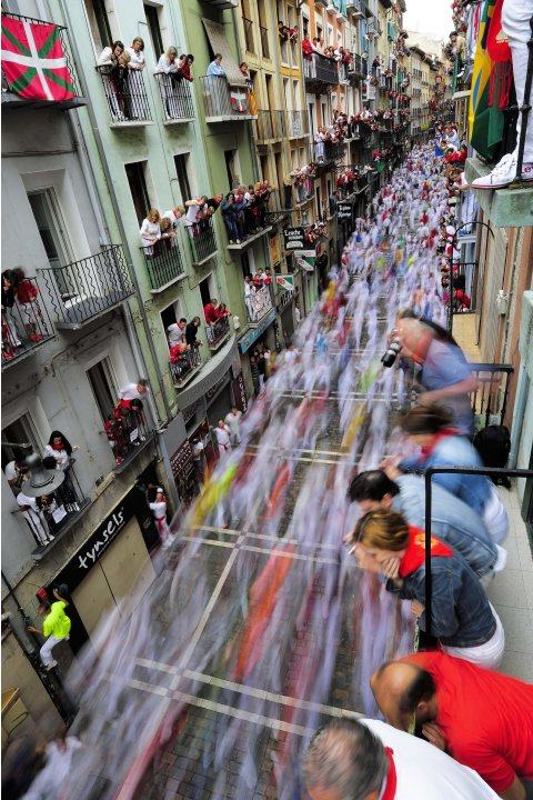 Vista de la calle Estafeta en Pamplona, Espaa, durante la suelta de toros de San Fermn el 11 de julio del 2012 (AP Foto/Alvaro Barrientos)
