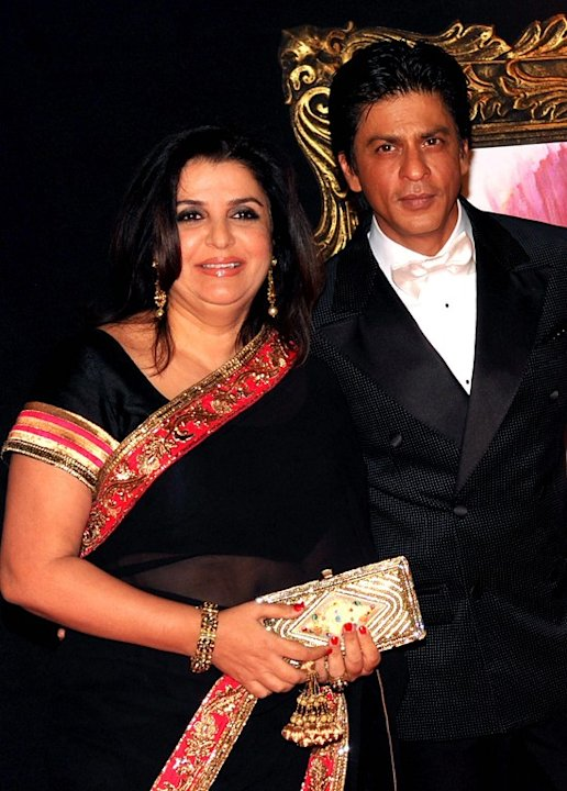 Indian Bollywood film actors Shahrukh Khan (R) and Farah Khan pose on the red carpet at the premiere of the Hindi film 'Jab Tak Hai Jaan' in Mumbai on November 12, 2012.   AFP PHOTO