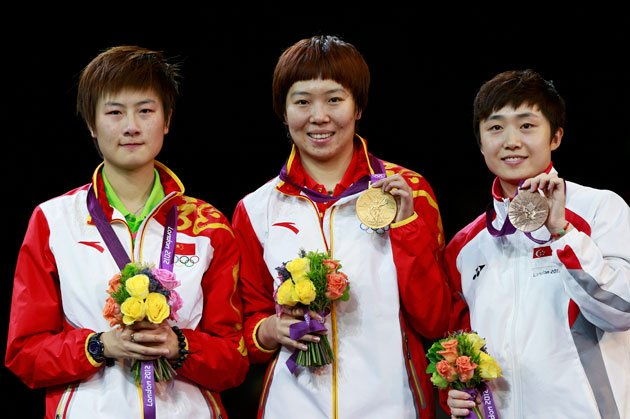 (L-R) China's Ding Ning, China's Li Xiaoxia and Singapore's Feng Tianwei pose with their medals after the women's singles table tennis tournament at the ExCel venue during the London 2012 Olympic Games August 1, 2012. Ding won silver, Li won gold and Feng took bronze. (Reuters photo)