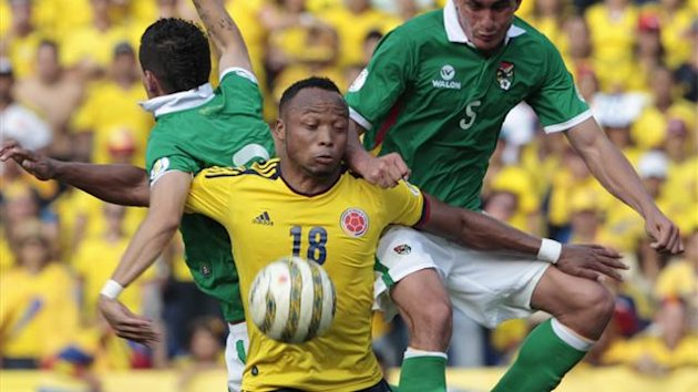 Camilo Zuniga (L) of Colombia challenges Rony Jimenez (R) and Juan Carlos Arce of Bolivia during their 2014 World Cup qualifying match in Barranquilla (Reuters)