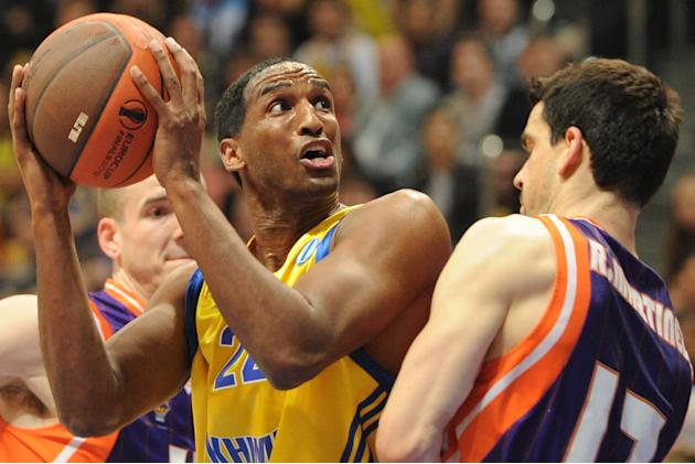 Valencia's Rafa Martinez (R) vies with BC Khimki's Thomas Kelati during the Eurocup final basketball match between BC Khimki and Valencia in Khimki, outside Moscow on April 15, 2012.    AFP PHOTO / KI