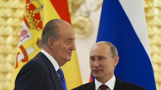 Russian President Vladimir Putin, right, speaks to Spain's King Juan Carlos as he awards him with Russian State Award for humanitarian activism in 2010 in the Kremlin in Moscow,  Russia, Thursday, July 19, 2012. (AP Photo/Alexander Zemlianichenko)