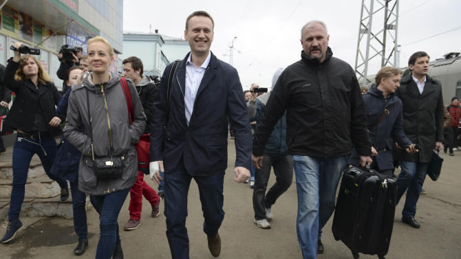 Russian opposition leader Alexei Navalny, centre, walks with his supporters as he arrives to attend a trial in Kirov, Russia, Wednesday, April 17, 2013. The trial of a Russian opposition leader accused of embezzling half a million dollars' worth of timber from a state-run company has started in the northwestern city. (AP Photo/Mitya Aleshkovskiy)