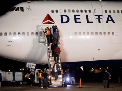 Raw: 49ers Arrive in New Orleans for Super Bowl