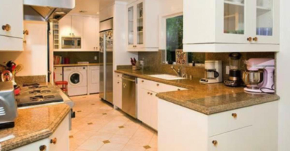 10 Celebs That Live in Ridiculously Small Houses