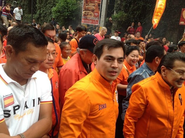 Manila Vice Mayor Isko Moreno, who is seeking a third term, joins Chinese New Year celebrations in the Chinatown with his running mate, former President Joseph Estrada. (Photo from the official Facebook page of Isko Moreno)