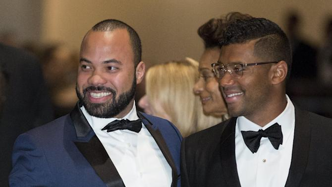 Actor Jeffrey Wright (L) and Seattle Seahawks quarterback Russell Wilson attend the 2015 White House Correspondents' Association Dinner