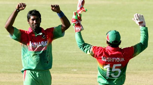 ZIMBABWE, Bulawayo : Bangladesh bowler Robiul Islam (L) celebrates a wicket with team captain Mushfiqur Rahim during the first of the three match ODI cricket series between Zimbabwe and Bangladesh May 3, 2013 at the Queens Sports Club (AFP)