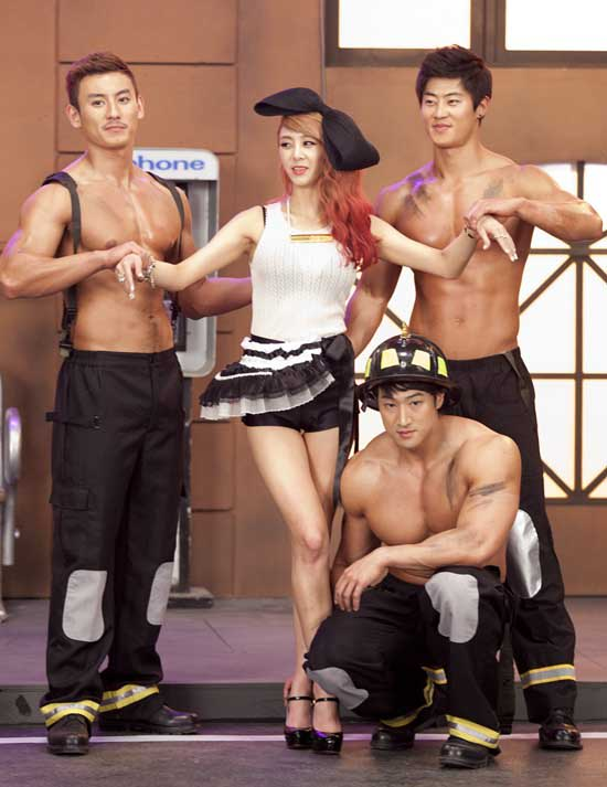 G.Na is Surrounded by Big, Muscular Men for ′2Hot′