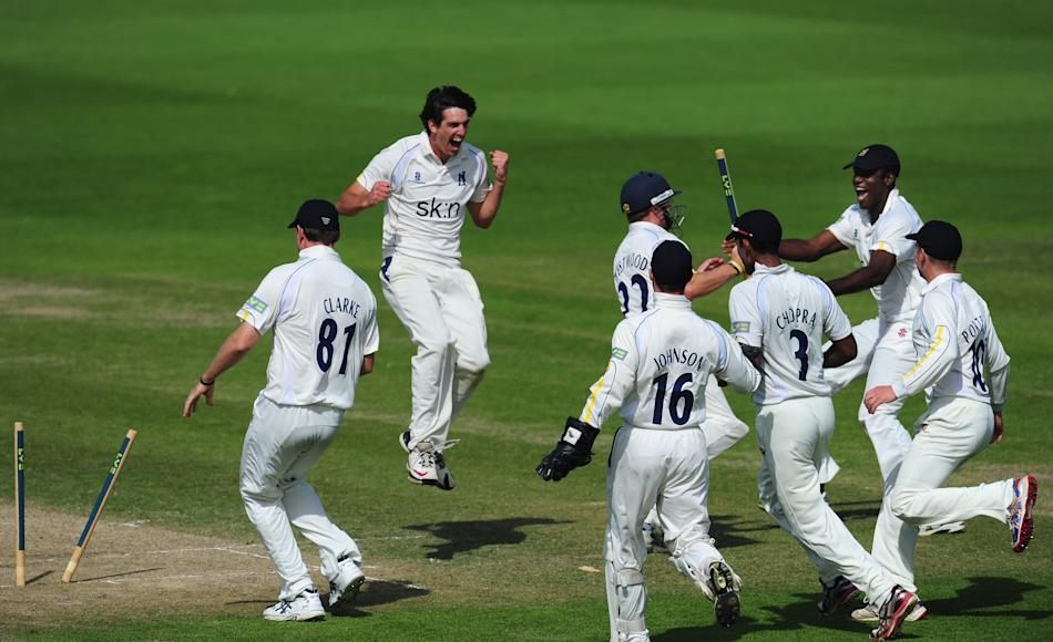 (CPOTW September 9) WORCESTER, ENGLAND - SEPTEMBER 06:  Warwickshire bowler Chris Wright (2nd left) celebrates after bowling Worcestershire batsman Alan Richardson to finnish off the innings and win t