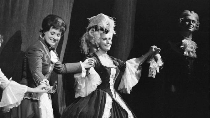 "FILE - This is an October 1973 file photo of  Swiss opera singer Lisa della Casa, center, as she performs  on stage at the Zurich Opera ""Opernhaus Zuerich"", Switzerland, . According to media reports on Tuesday, Dec. 11, 2012, Lisa della Casa died at the age of 93 at Muensterlingen at the Lake of Constance, Switzerland. (AP Photo/Keystone/file)  NO ARCHIVE"