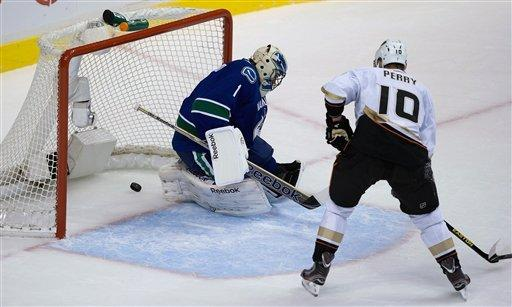 Selanne shines in Ducks' 7-3 win over Canucks