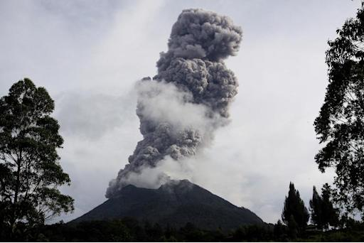 Sinabung volcano erupts and spews hot smoke in Karo on November 10, 2013