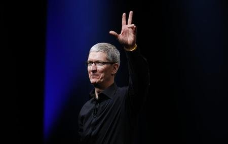 Apple CEO Tim Cook waves at the end of Apple Inc.&#39;s iPhone media event in San Francisco, California September 12, 2012. REUTERS/Beck Diefenbach